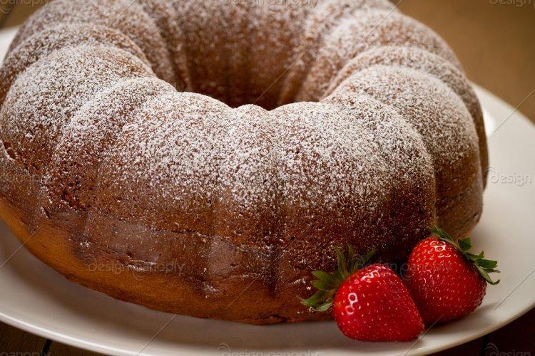 Bundt Cake with Strawberries